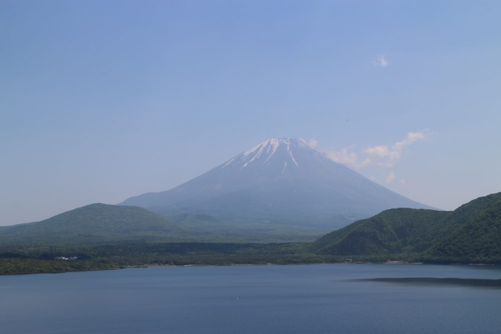 本栖湖畔からみた富士山