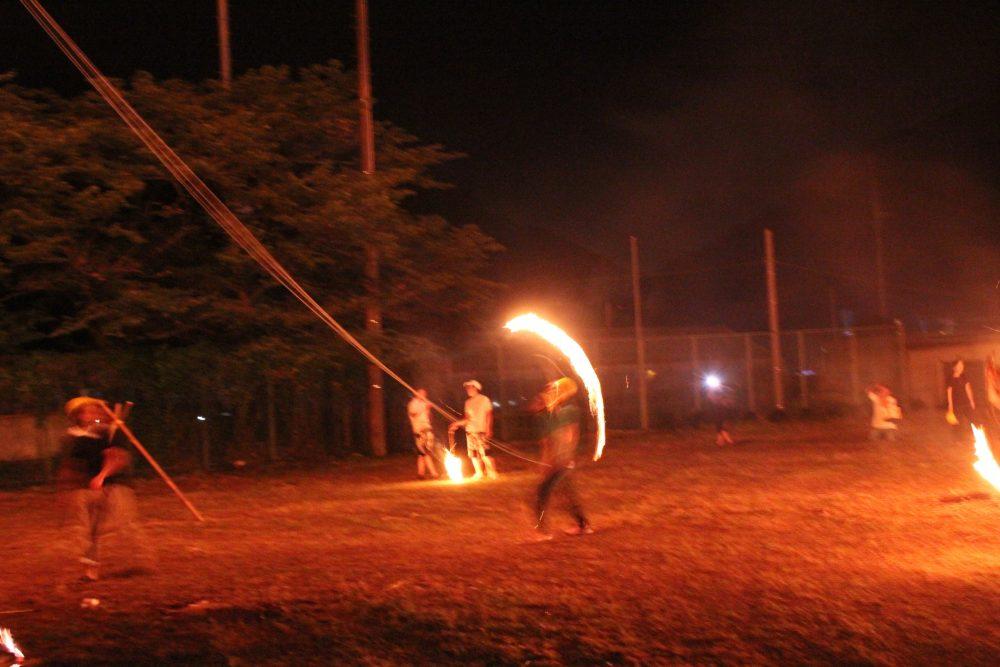 手作り感あふれる伝統のお祭りが復活!火を勢い良く投げる「投げ松明」