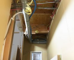 1F天井下水管